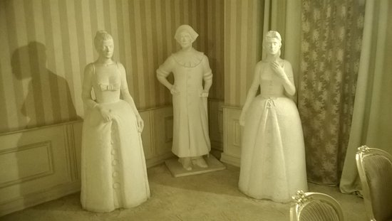Vere Palace: It looked like the weeping angels from Dr Who