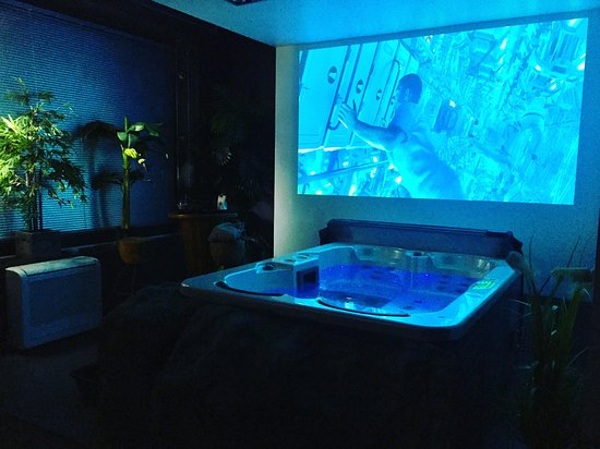 se baigner dans un jacuzzi en regardant un film via un vid oprojecteur hd3d photo de spa no. Black Bedroom Furniture Sets. Home Design Ideas