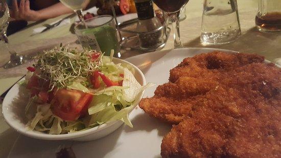 Kerepes, Hungria: Bécsi szelet, salátával