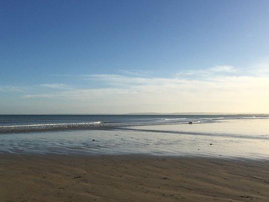 Hermanville-sur-mer, France : океан и пляжи рядом с отелем