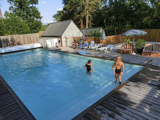 Biron, França: Der Poolbereich