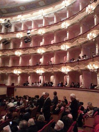 Teatro Comunale: Vista sulla parte laterale destra del teatro
