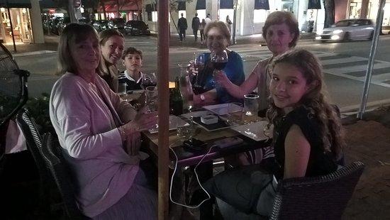 La Gamba Restaurant : Comiendo en la vereda