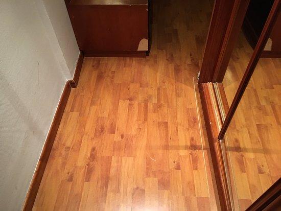 Tryp Madrid Centro : Detalle del pasillo de entrada a la habitación con mueble roto