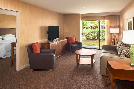 Sheraton Vancouver Airport Hotel: Courtyard Executive Suite