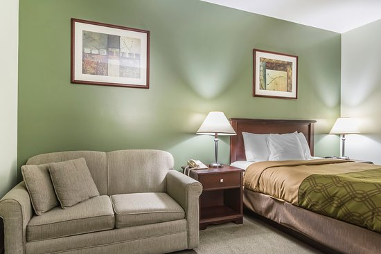 Econolodge Huntsville:  Single Queen Bed Room with Pull-out Couch