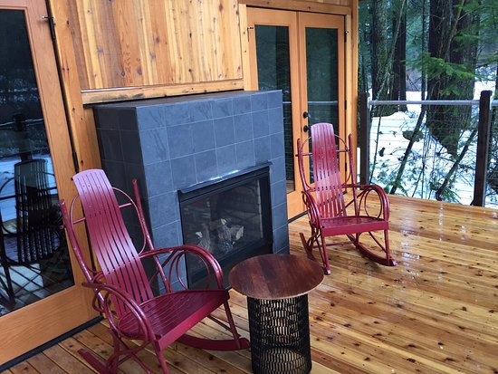 Skamania Lodge: Outdoor fireplace Deck area