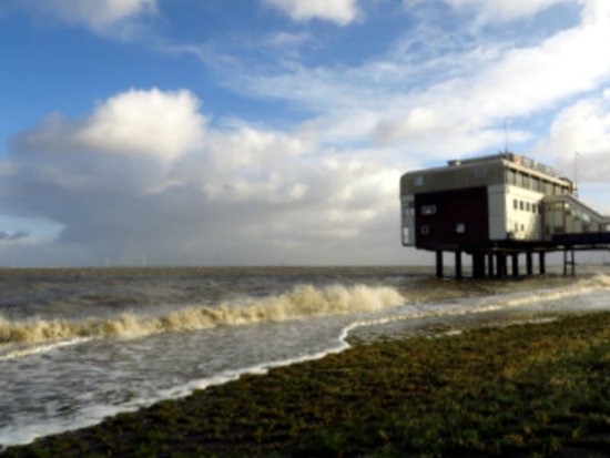 Delfzijl, The Netherlands: Het Eemshotel gezien vanaf de dijk.