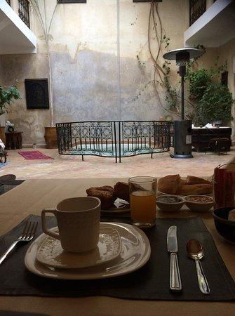 Riad Sharmance: Breakfast and inside