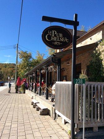 Chelsea Pub: Streetside
