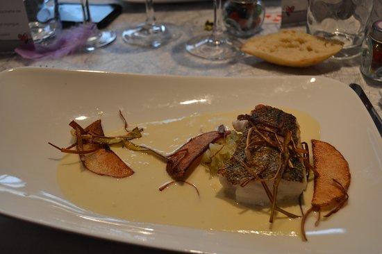 Saint-Lyphard, Francia: Merlu de nos cotes, poireau fondu, foin de poireau et beurre Nantais.