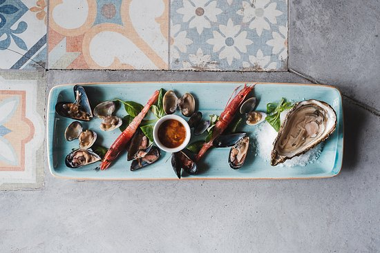 Pepe Nero - Veccja: Selection of raw shellfish including oysters, mussels, clams and fish specialities