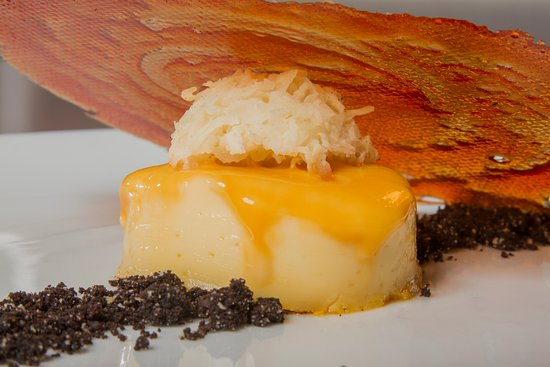 Hotel Ciudad de David: Flan de Vainilla Clásico con Esfera de Coco y Caramelo