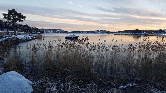 Saltsjobaden, Sweden: Bild från hotellviken strax bredvid Stationshuset
