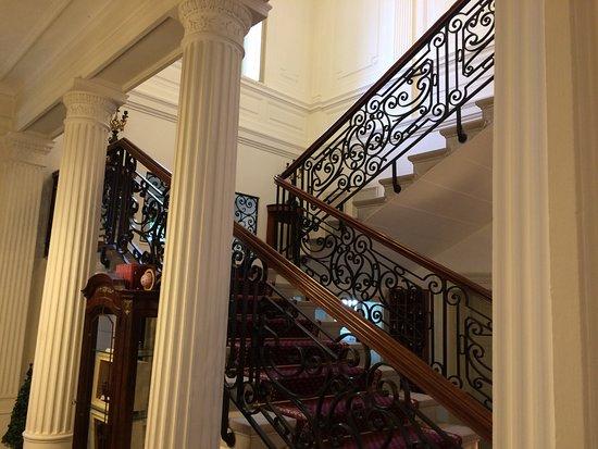 Hotel Belle Epoque: Accès aux étages bâtiment principal