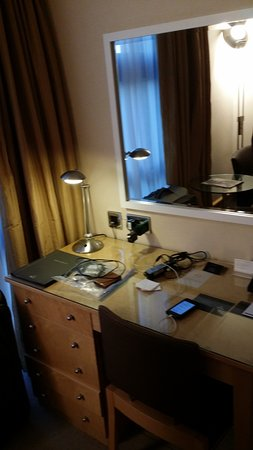 Hilton London Kensington: Desk Area