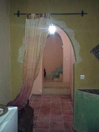 Hotel Kasbah Mohayut: Acceso a la habitacion de planta duplex