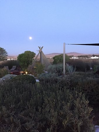 Farr Out Guesthouse : Full Moon rising above the Boma Tippi