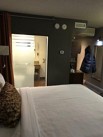 Hotel & Suites Normandin Quebec: L'hôtel a été complètement rénové. Plancher flottant, pas de tapis. Les chambres sont spacieuses