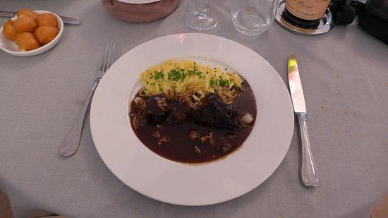 Ladoix-Serrigny, Frankreich: Joue de boeuf en Bourguignon (plat)