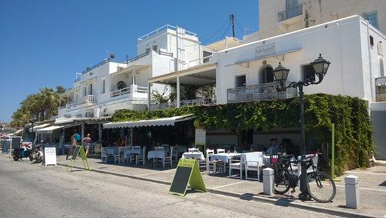 To Spitiko : La fachada del restaurante al frente del mar (tiene mesas en la vereda del frente)