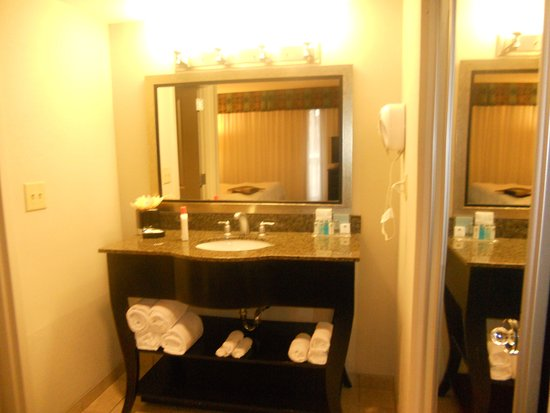 Ordinaire Hampton Inn U0026 Suites Nashville   Downtown: Vanity Outside Bathroom
