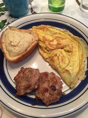 1922 Starkey House Bed & Breakfast Inn: Cheddar and green pepper omelet, pork sausage, and corn muffin.