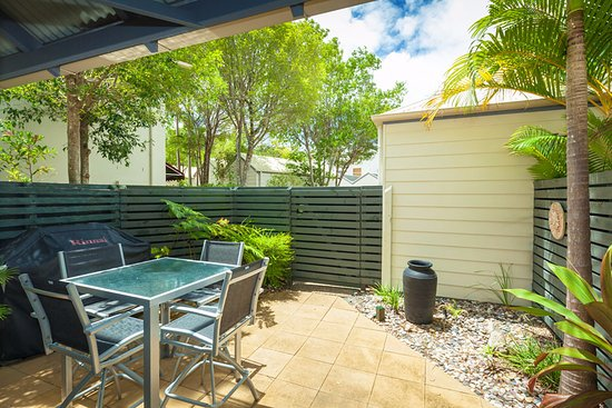 Noosa Entrance Waterfront Resort: Private courtyard