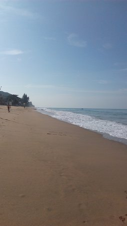 Lanta Nature Beach Resort: The beach in front of the resort