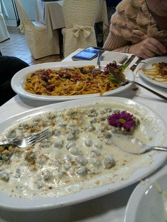 Monte Porzio, Italien: Gnocchi formaggi e noci e tagliatelle con radicchio speck e pendolini