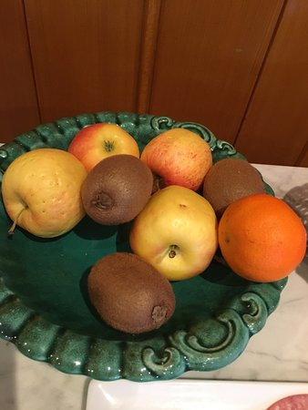 Hotel & Spa La Vallee: dried up fruits being offered for breakfast. instead we bought fresh ones from supermarket in to