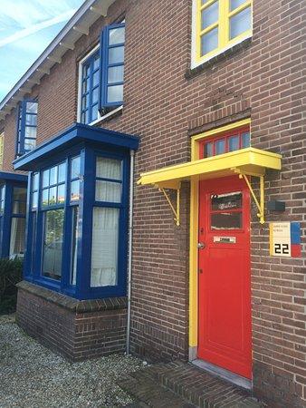 Museum Drachten : Op steenworp afstand van het museum liggen de befaamde 'papagaai'-woningen door Theo van Doesbur