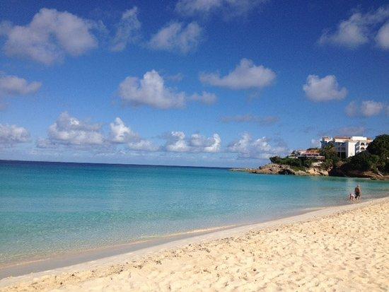 Carimar Beach Club: Strand mit Blick auf Hotel Malliouhana