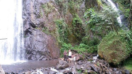 Tungurahua Province, Ecuador: al pie de la cascada