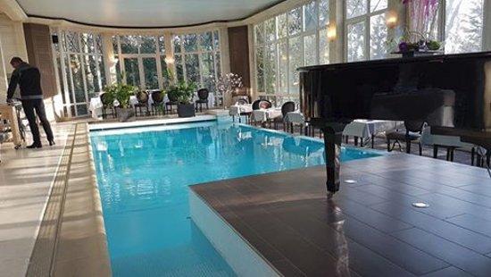 Bray-et-Lu, Francia: Les tables autour de la piscine