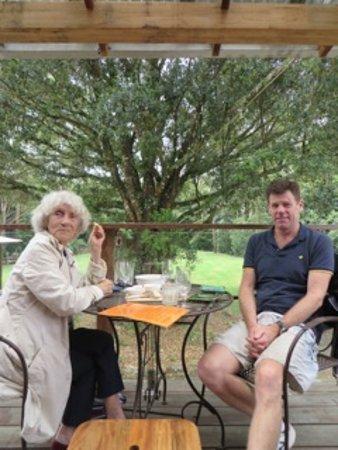 Wootton, Australia: Wine tasting on sunny deck