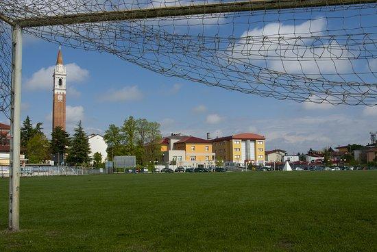 Azzano Decimo, Ιταλία: veduta dell'hotel dal campo di calcio