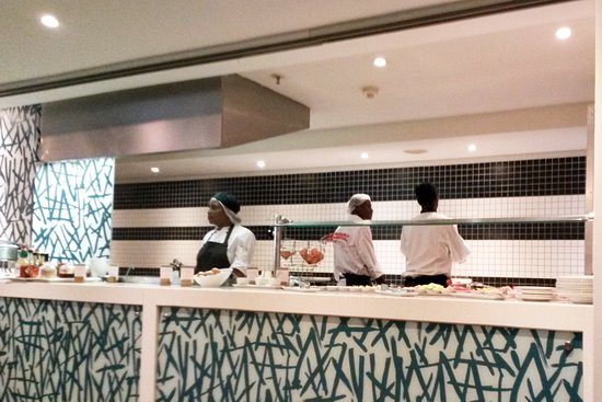 DoubleTree by Hilton Cape Town - Upper Eastside: Euphrasia cooking breakfast for us - giving us the best start of the day
