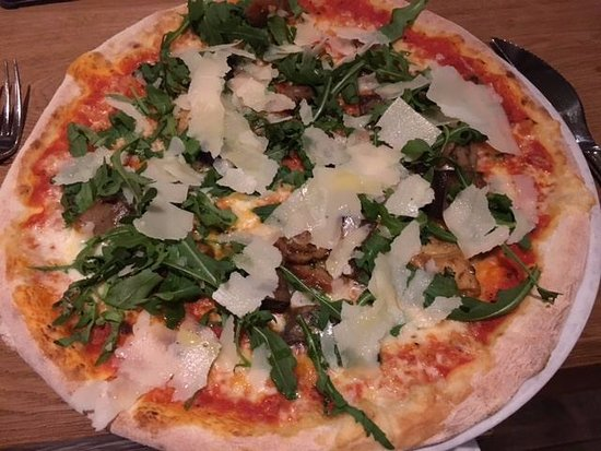 pizza with mushrooms rocket and aubergine bild fr n pizzeria europa m nchen tripadvisor. Black Bedroom Furniture Sets. Home Design Ideas
