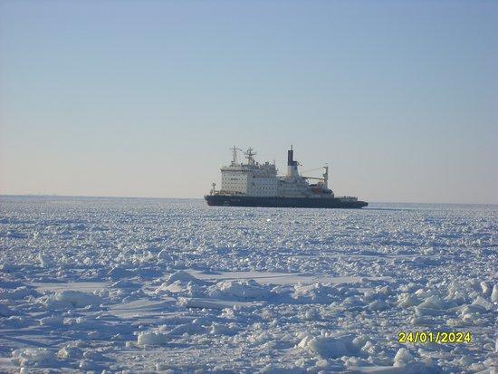 """Russian Gulf of Finland Coast, Russland: Атомный ледокол """"Вайгач"""" 2011 год"""