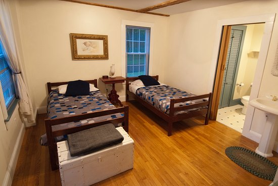 Shelburne, NH: Washington Room can accommodate two twins or converted to a kind.