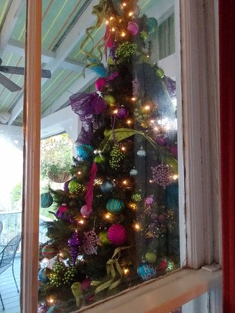 The Kenwood Inn: Courtyard Christmas tree