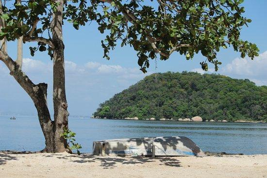 Rio de Janeiro, RJ: Cedinho, a praia está bem tranquila.