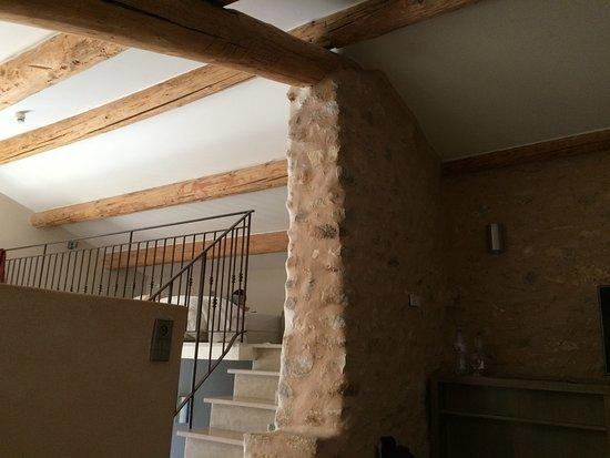 Gargas, Frankrike: ambiance pierres et bois