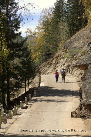 Fuyun County, Çin: Almost deserted road as we walked into the valley