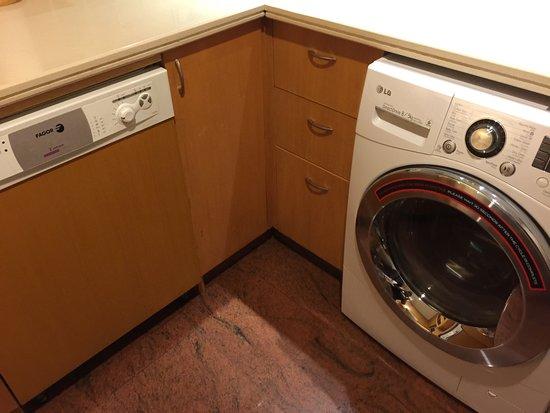 Mayfair, Bangkok - Marriott Executive Apartments: Dish washer and washing machine