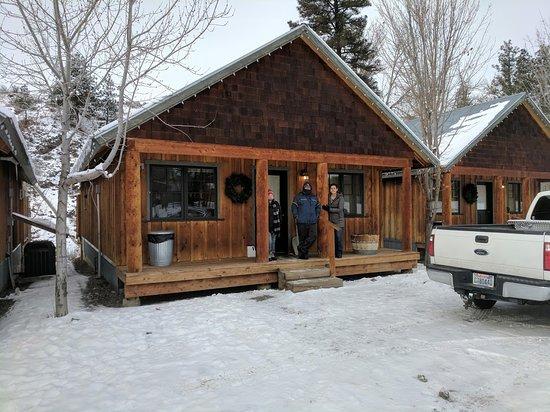 River's Edge Resort: Front of Cabin #13