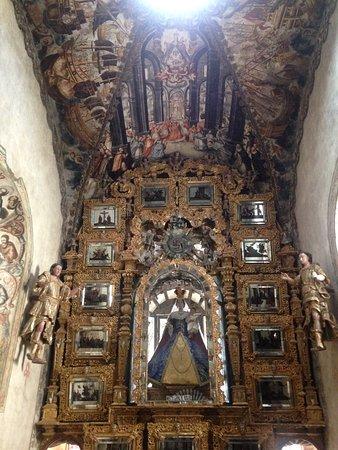Atotonilco, México: Altar del Santuario con pinturas en el techo.