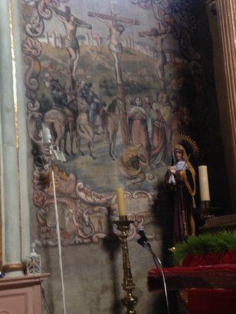 Atotonilco, México: Muestra de la pintura de la crucifixión en una de sus paredes laterales.