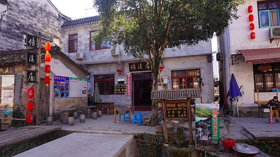 Wuyuan County, Kina: The Brook Hotel from across the brook.